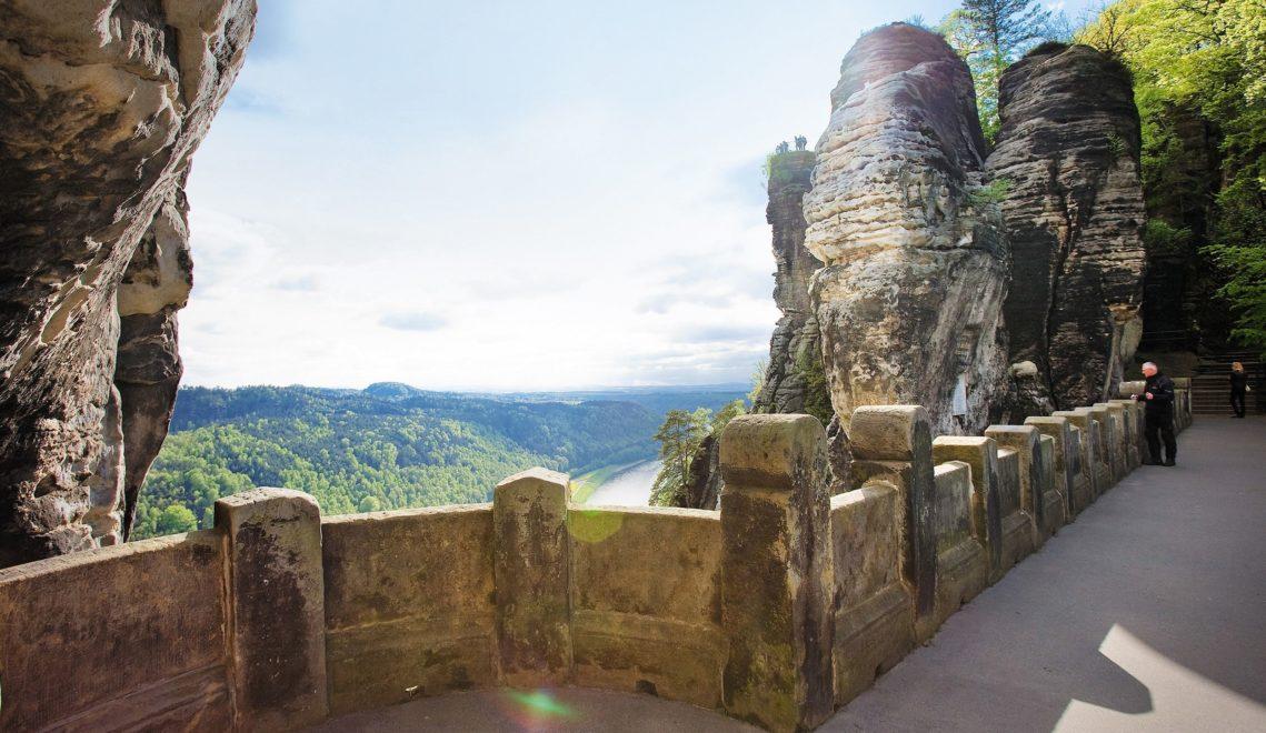 Von der Basteibrücke hat man einen hervorragenden Blick auf das Elbsandsteingebirge © Katja Fouad Vollmer