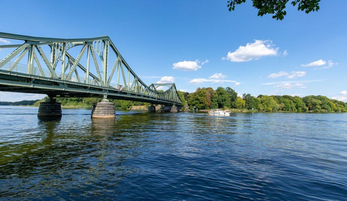 Die Glienicker Brücke verbindet Potsdam mit Berlin und war während des Kalten Krieges immer wieder Schauplatz für den Austausch von Agenten ©TMB-Fotoarchiv/Steffen Lehmann