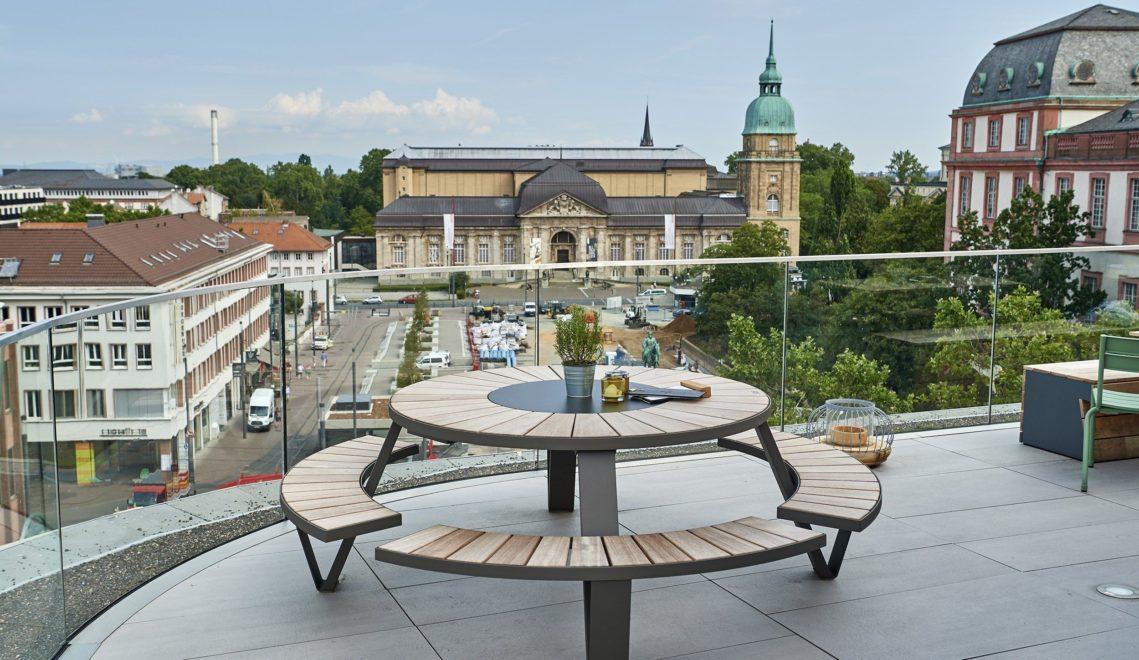 Vom Café Obendrüber im Zentrum Darmstadts hat man einen guten Blick über den Friedensplatz und auf das Hessische Landesmuseum © floriantrykowski.com