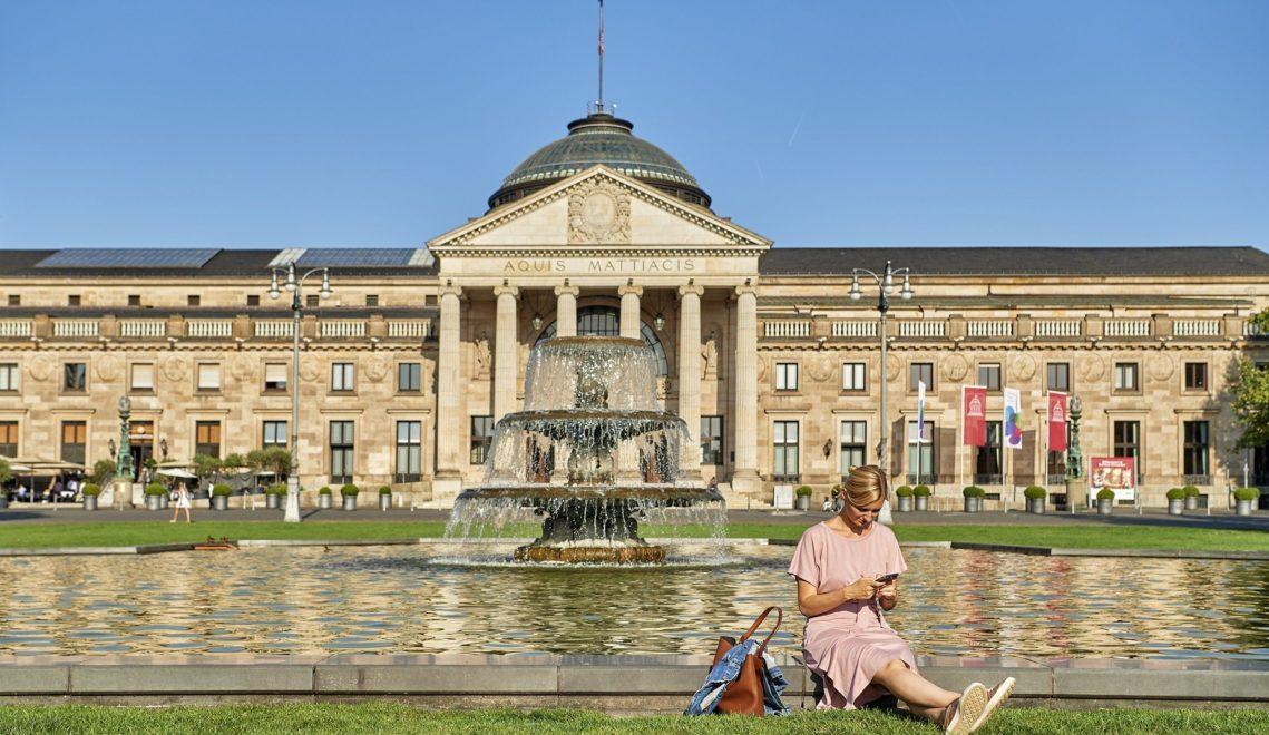 Königliche Residenz oder nicht? Das prächtige neoklassizistische Kurhaus in Wiesbaden könnte beides sein © floriantrykowski.com