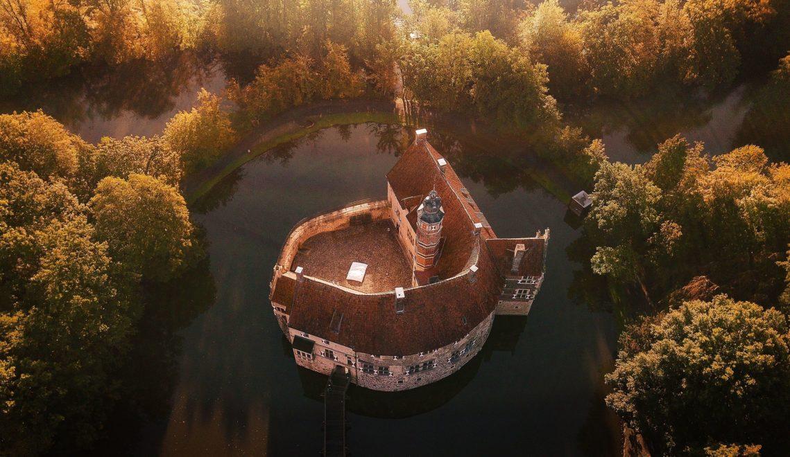 Ein mächtiger Wassergraben umgibt Burg Vischering in Lüdinghausen © Tourismus NRW e.V.