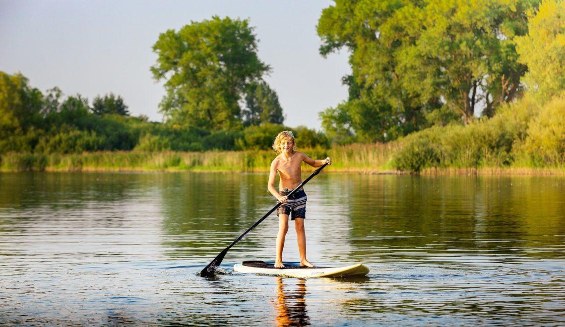 Mit dem Stand-Up-Paddling-Board lässt es sich sanft über das Wasser gleiten © TMV/Kirchgessner