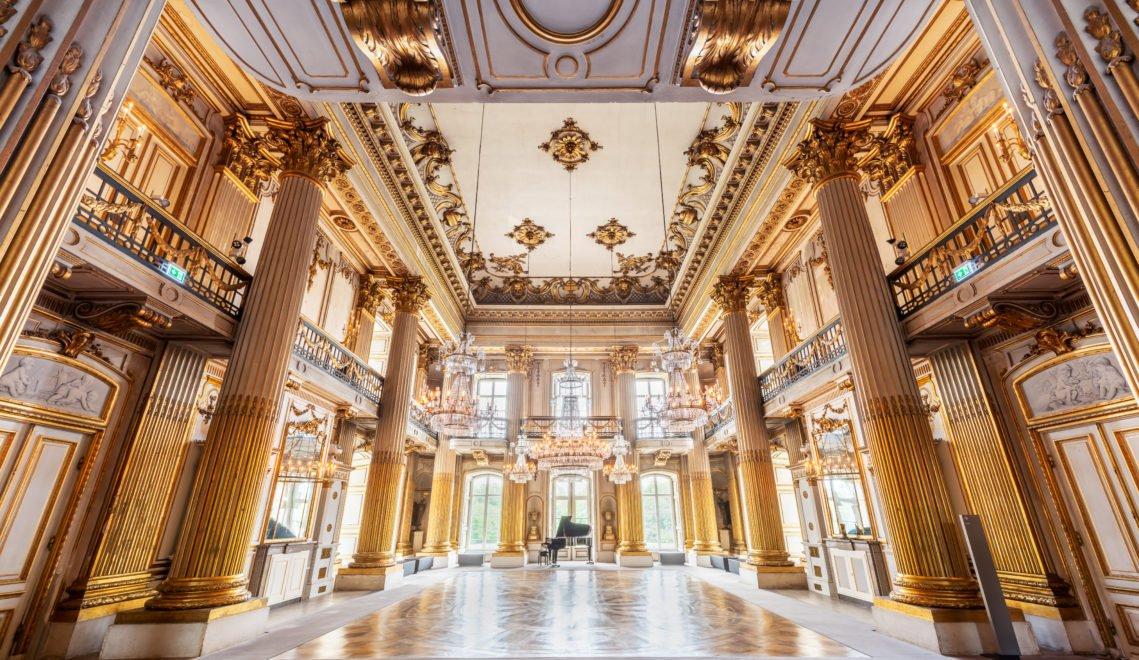 Herzstück des barocken Schlosses ist der zweistöckige Goldene Saal mit seinen sechs Säulen © TMV/Tiemann