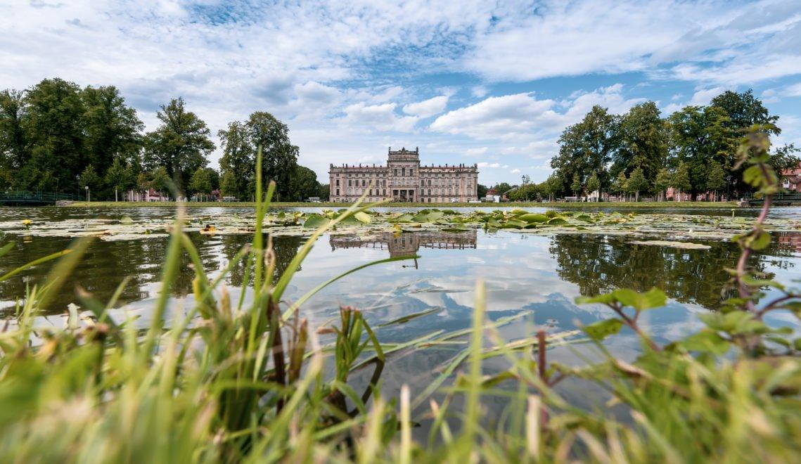 Blick über den Bassin im Landschaftspark englischen Stils auf Schloss Ludwigslust © TMV/Tiemann
