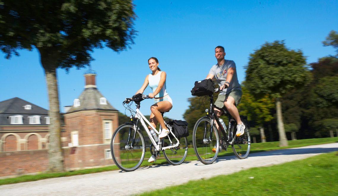Mit dem Fahrrad quer durch die Parks der Region geht es bei insgesamt 960 Kilometer langen 100-Schlösser-Route © Münsterland e.V.
