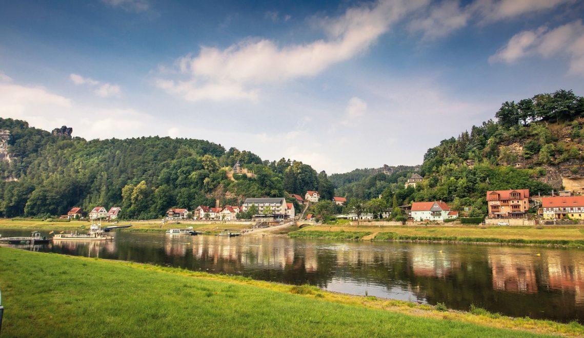 Wie ein Postkartenmotiv liegt der Kurort Rathen direkt an der Elbe und am Fuß des Elbstandsteingebirges © Katja Fouad Vollmer