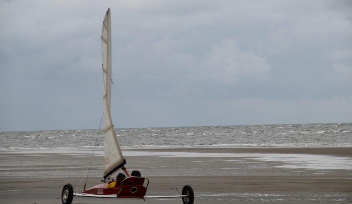 Beim Strandsegeln braust man nur vom Wind angetrieben auf drei Rädern über die Sandbänke von St. Peter-Ording © TA.SH