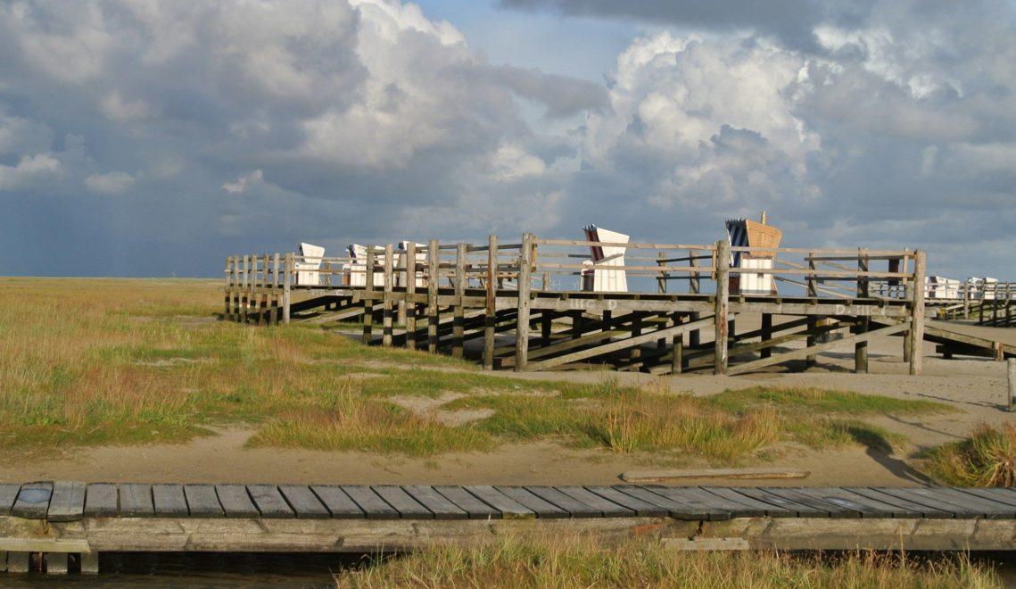 In St. Peter-Ording stehen Strandkörbe auch auf den hölzernen Bohlenstegen © TA.SH