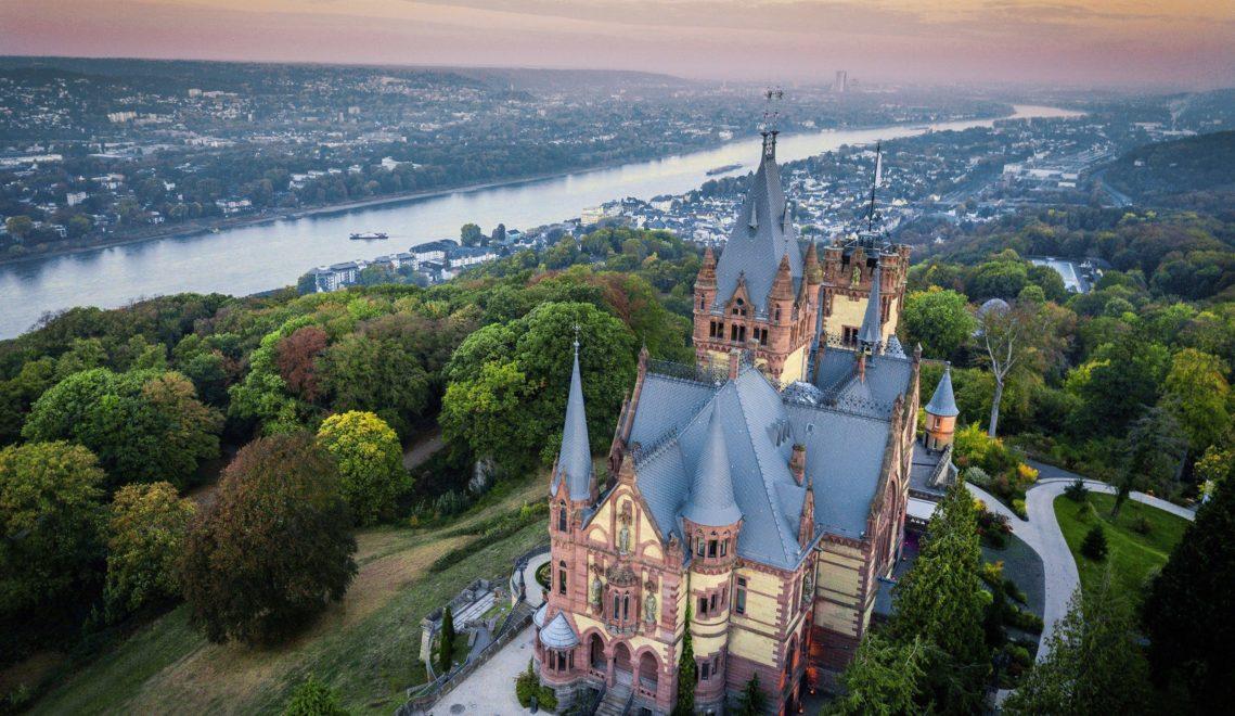 Schloss Drachenburg in Königswinter wurde ab 1882 innerhalb von nur drei Jahren für den Bonner Stephan Freiherr von Sarter im Stil des Historismus gebaut. © Tourismus NRW e.V.