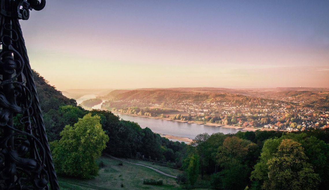 Hervorragende Aussicht von Schloss Drachenburg auf den Rhein ©Tourismus NRW e.V.