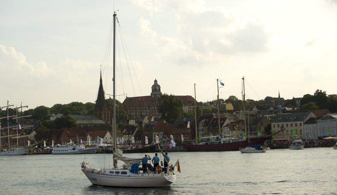 Blick über die Flensburger Förde auf die Marienkirche und die Museumsburg © Jens König