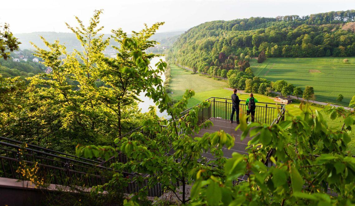 Bis zu 80 Meter erhebt sich der Weser-Skywalk über den gleichnamigen Fluss © Tourismus NRW e.V.