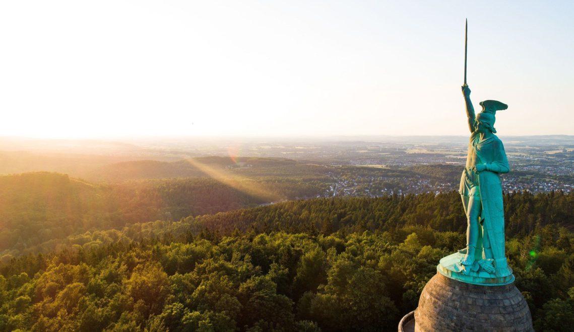 Das Hermannsdenkmal im Teutoburger Wald bei Detmold erinnert an die Varusschlacht ©Tourismus NRW e.V.