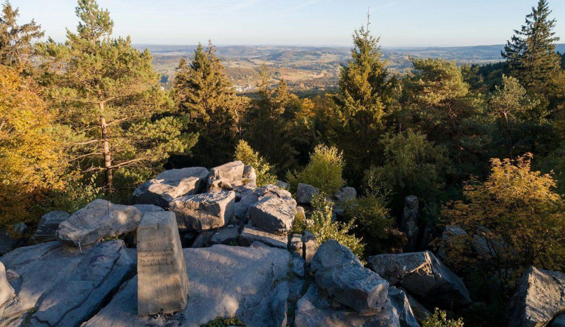 Wanderglück im Teutoburger Wald, hier an der 464 Meter hohen Lippischen Velmerstot ©Tourismus NRW e.V.