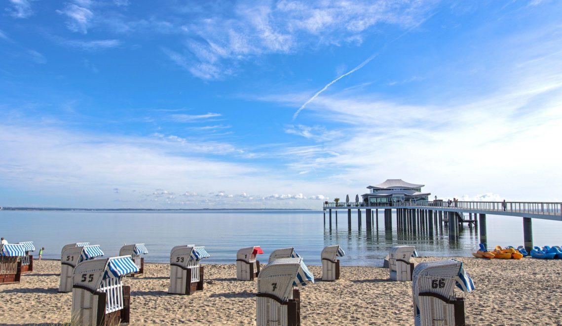 Entspannung pur: Im Strandkorb sitzen und den Blick auf die klare See genießen. In Schlafstrandkörben geht das sogar über Nacht © TSNT