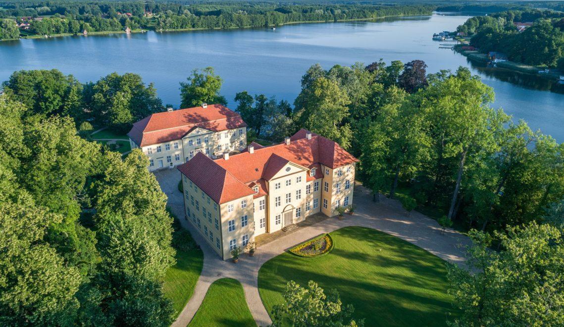 Das Ensemble von Schloss Mirow ist Schlusspunkt der zweitägigen Pilgerwanderung durch die Seenplatte © Funkhaus Creative August-Bebel-Str. 32c