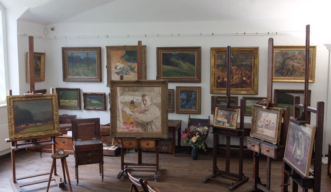 Ein Blick ins Atelier von Robert Sterl mit im Original erhaltenen Staffeleien, Malpinsel und Paletten des Künstlers © Wolfgang Gärtner