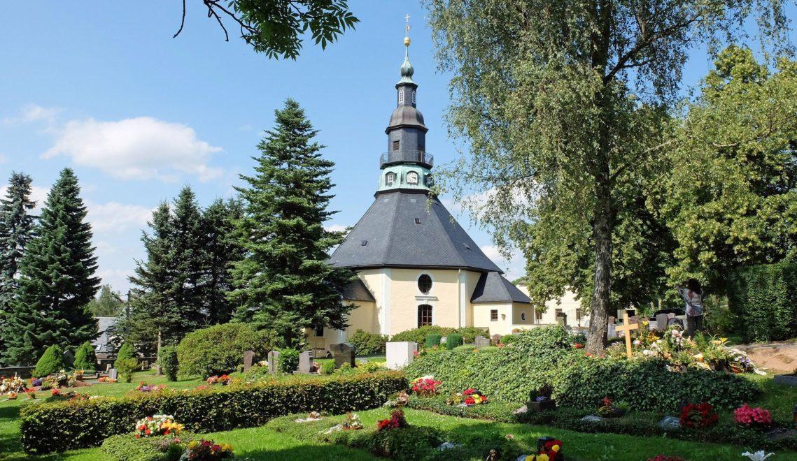 Beliebtes Motiv für Postkarten und Erzgebirgsche Holzkunst: die Seiffener Bergkirche © Wolfgang Gärtner