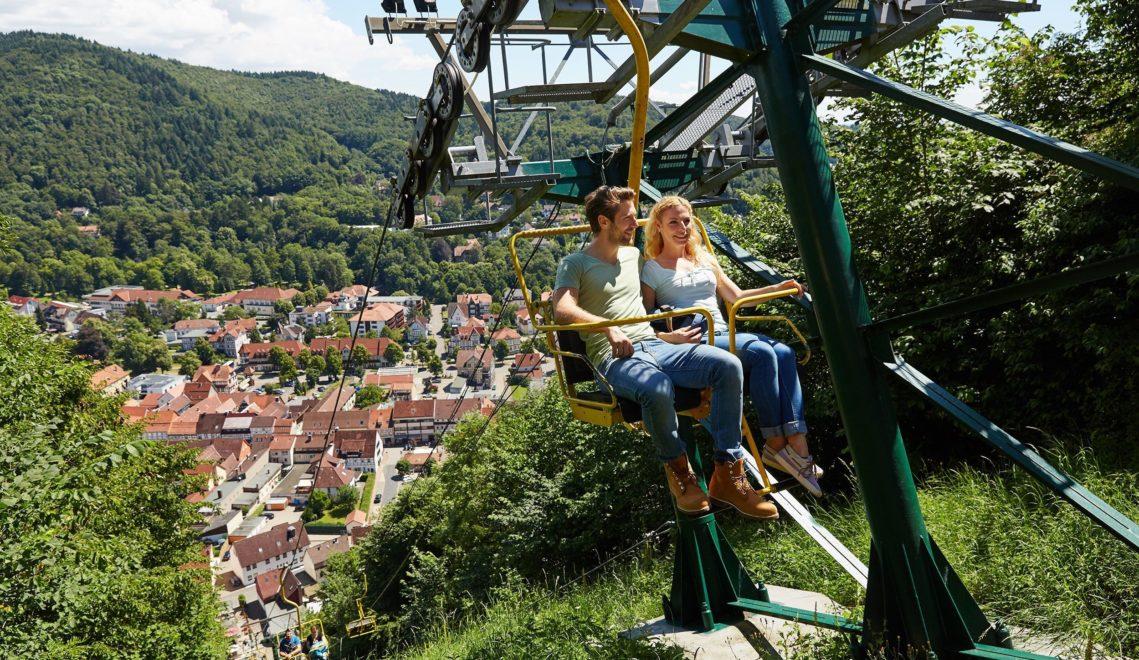 Steile und geile Sache: Die Doppelsesselbahn auf den Hausberg überwindet in wenigen Minuten eine Steigung von 63 Prozent © Harzer Tourismusverband/M. Gloger