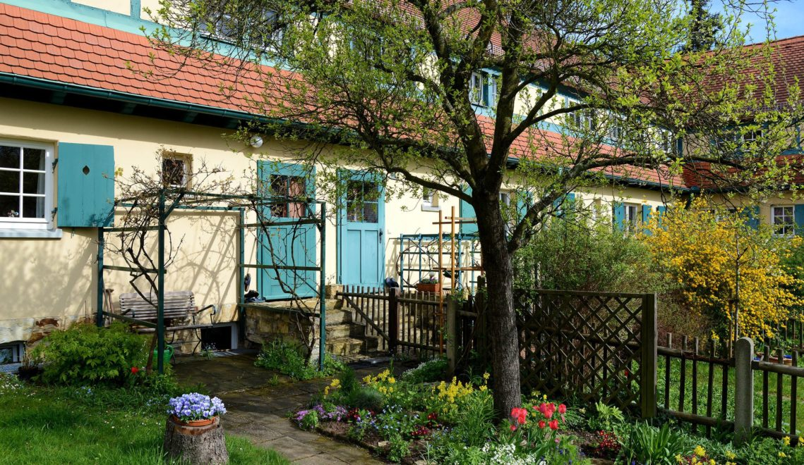 Reihenhäuser mit grünen Mietergärten prägen das Bild der Gartenstadt Hellerau ©Holger Stein Fotografie
