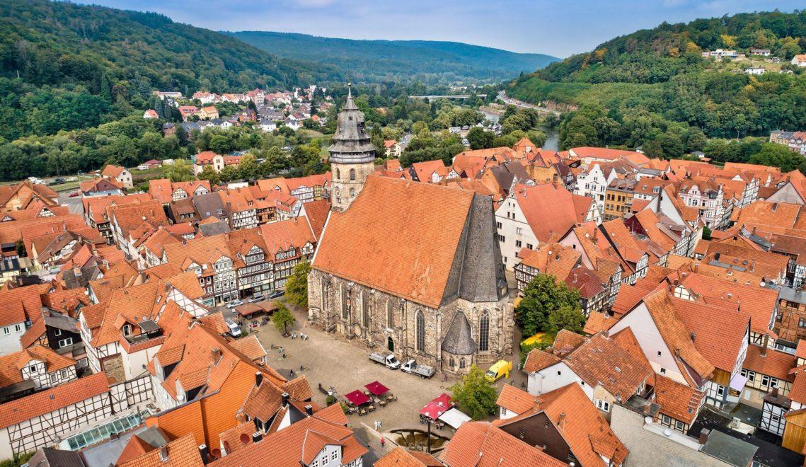 Der Kirchplatz mit St. Blasius markiert das historische Zentrum von Hann. Münden