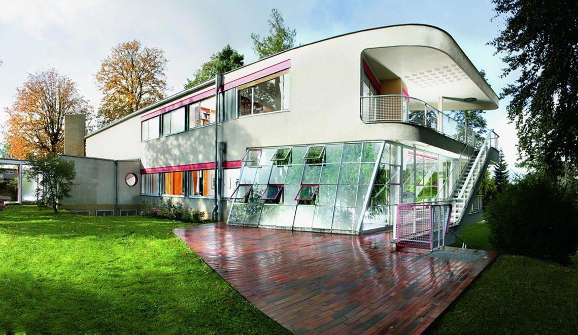 Blick vom Garten, der als erweiterter Wohnraum gilt, auf das Haus Schminke © Ralf Ganter / Stiftung Hans Schminke