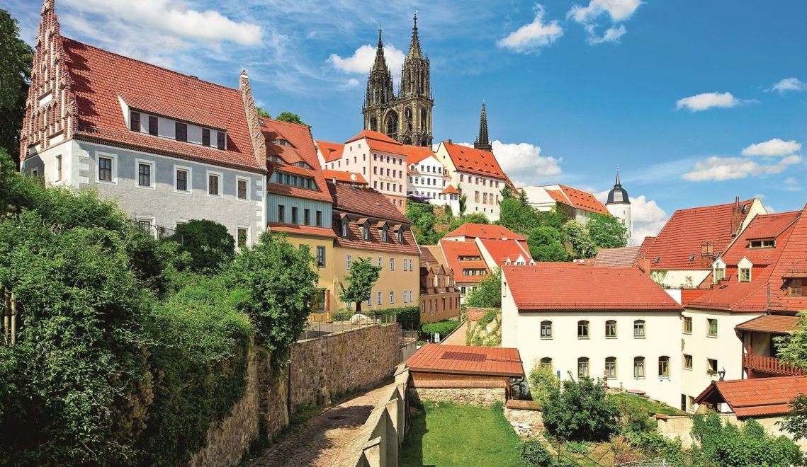 Der gotische Meißner Dom ragt über dem Zentrum der Porzellanstadt hervor © Stadt Meißen