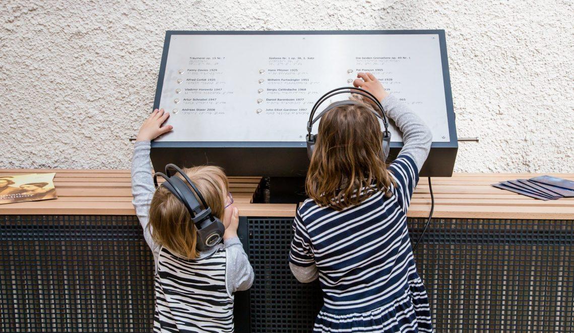 Ob Kinderszenen oder das Album für die Jugend: Schumann komponierte viel für junge Menschen – einfach nachhören im Museum ©Helge Gerischer