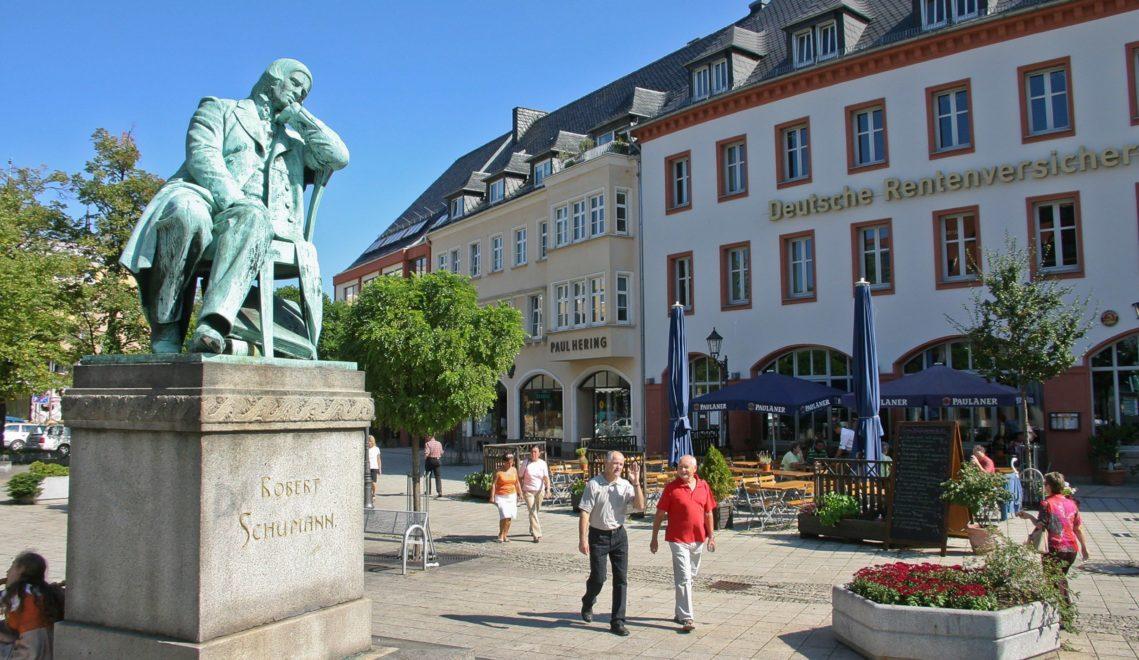 Nachdenklich oder verträumt? Das Robert-Schumann-Denkmal auf dem Zwickauer Hauptmarkt © Kultour Z