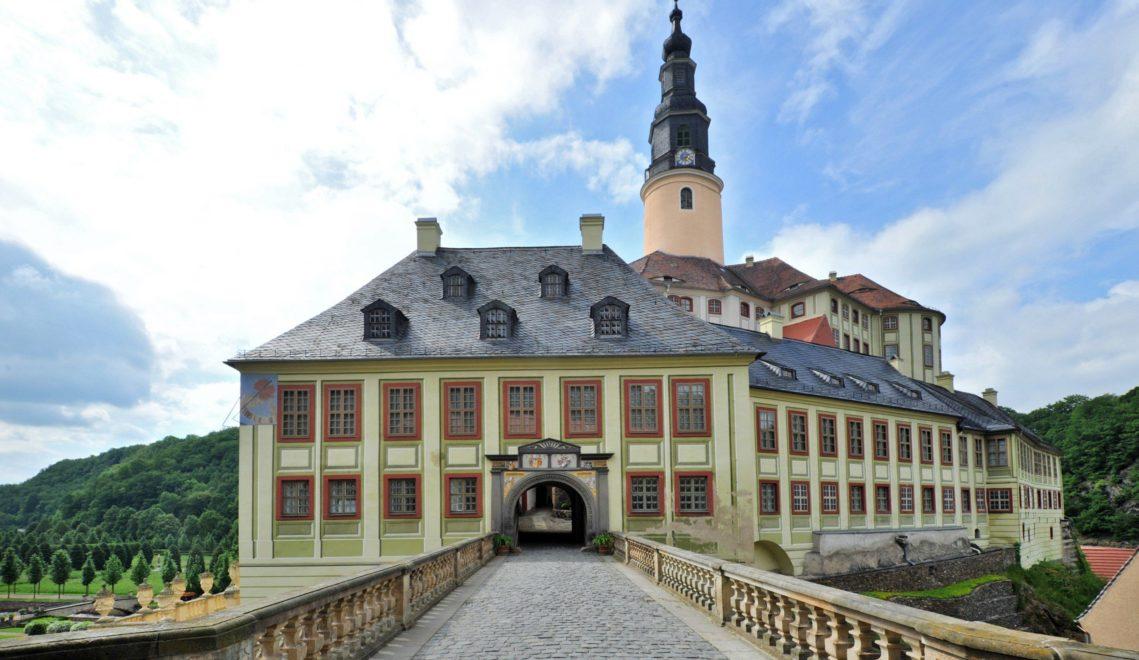 Über eine Brücke erreichen Besucher das Torhaus von Schloss Weesenstein © Kristin Schmidt