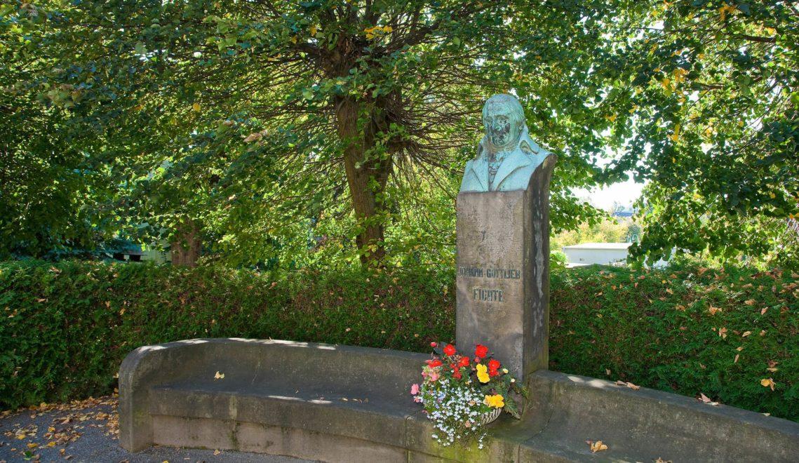 Im fünf Hektar großen Park hinter dem Schloss erinnert ein Denkmal an den in Rammenau geborenen Philosophen Johann Gottlieb Fichte © Andreas Krone