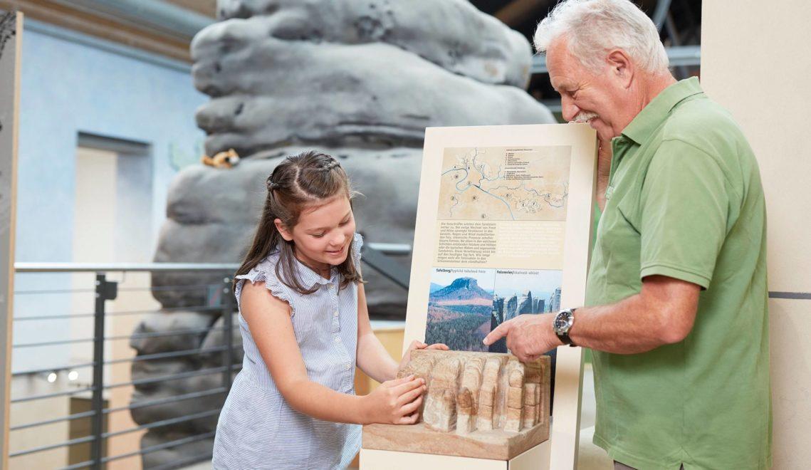 Das NationalparkZentrum erklärt, wie die bizarren Felsformationen des Elbsandsteingebirges entstanden sind © Jan Gutzeit