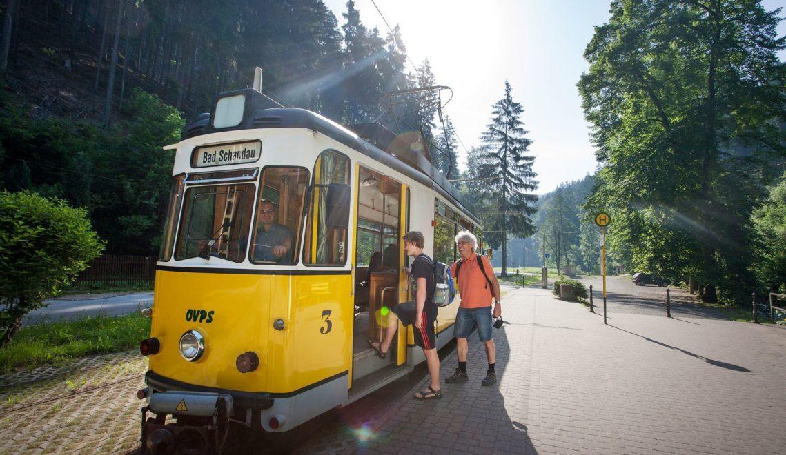 Mit der Kirnitzschtalbahn geht es gemütliche durch die malerische Region © Katja Fouad Vollmer