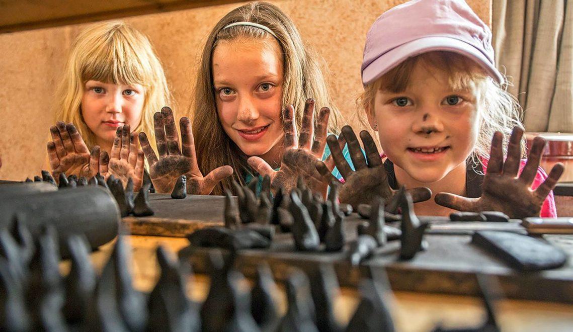 Schmutzige Hände ausdrücklich erwünscht: In Crottendorf lernen Kids die Herstellung einer Räucherkerze ©Bernd März
