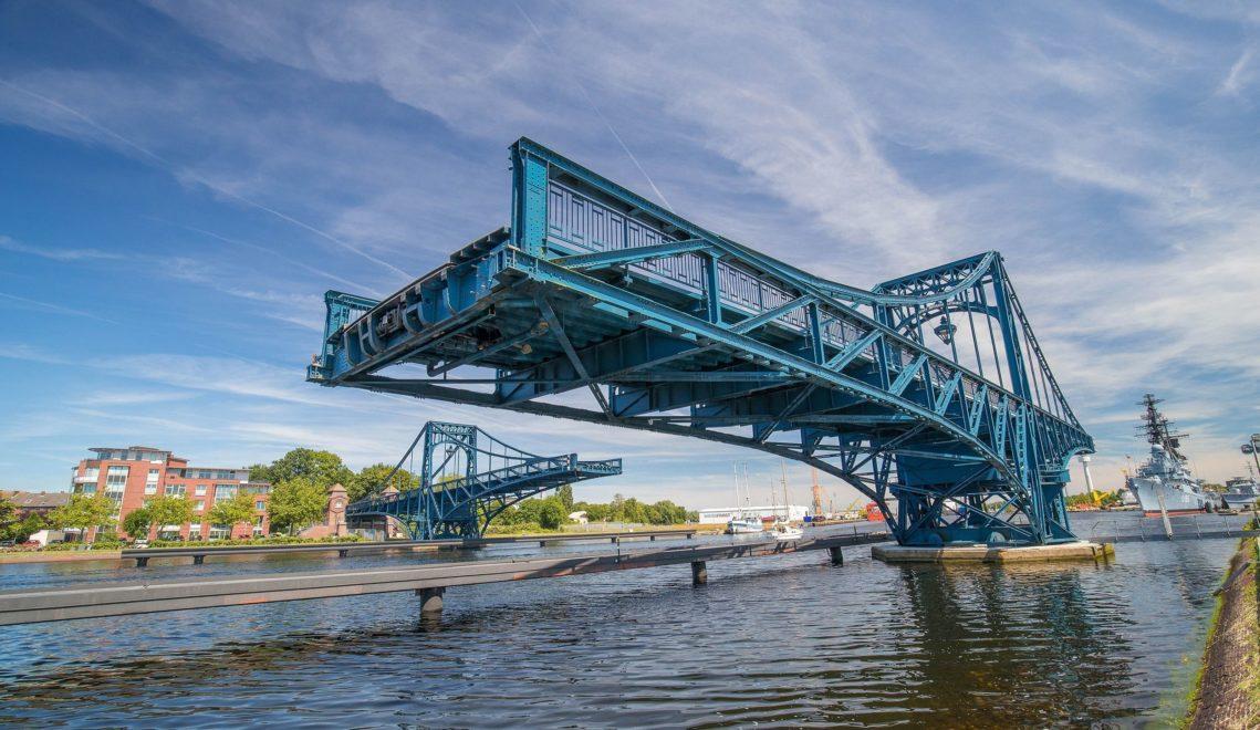 Die drehbare Kaiser-Wilhelm-Brücke ist das Wahrzeichen der Stadt © Stöver/Wilhelmshaven Touristik&Freizeit