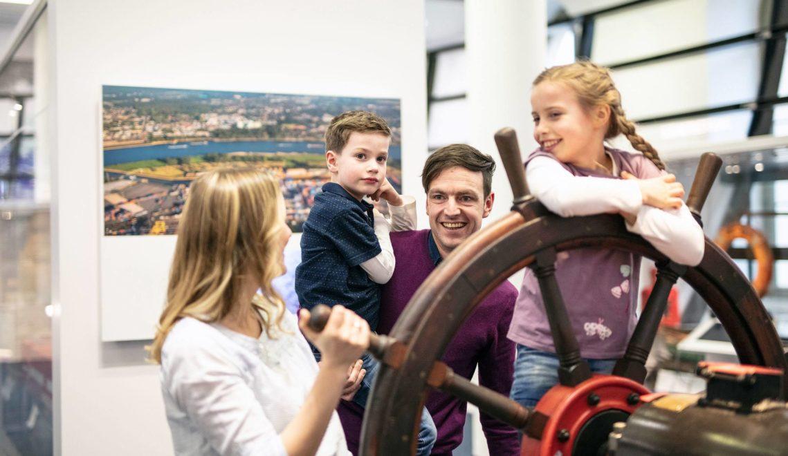 Im Verkehrsmuseum Dresden nimmt die gesamte Familie das Steuerrad selbst in die Hand © Jan Gutzeit