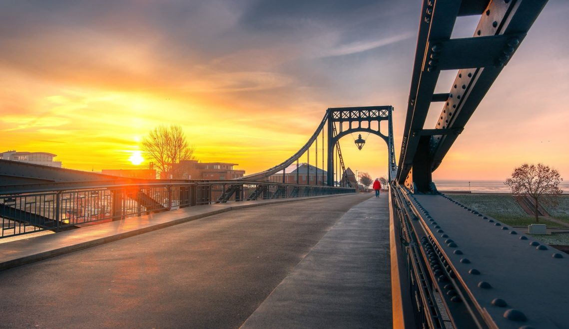 Die Abendsonne taucht die beliebte Brücke in ein wunderschönes Licht © Rainer Ganske