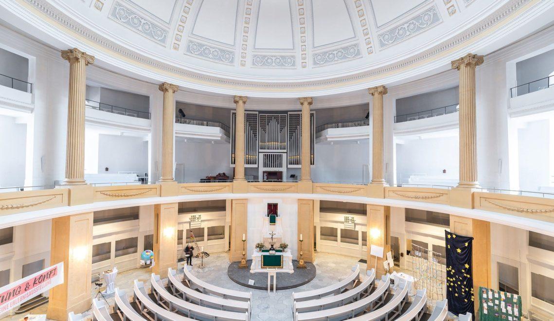 Die klassizistische Farbgestaltung und die runde Form sorgen für viel Licht im Innenraum der St. Lamberti-Kirche