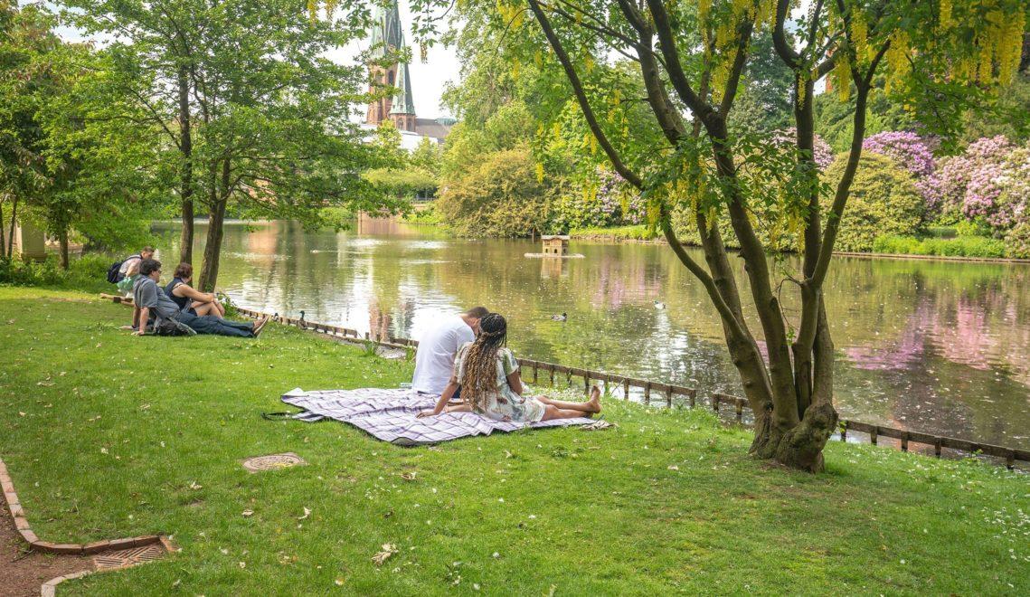 Ob flanieren oder relaxen, im Oldenburger Schlossgarten zeigt sich die Stadt von ihrer ruhigen Seite © Oldenburg Tourismus und Marketing GmbH / Mario Dirks