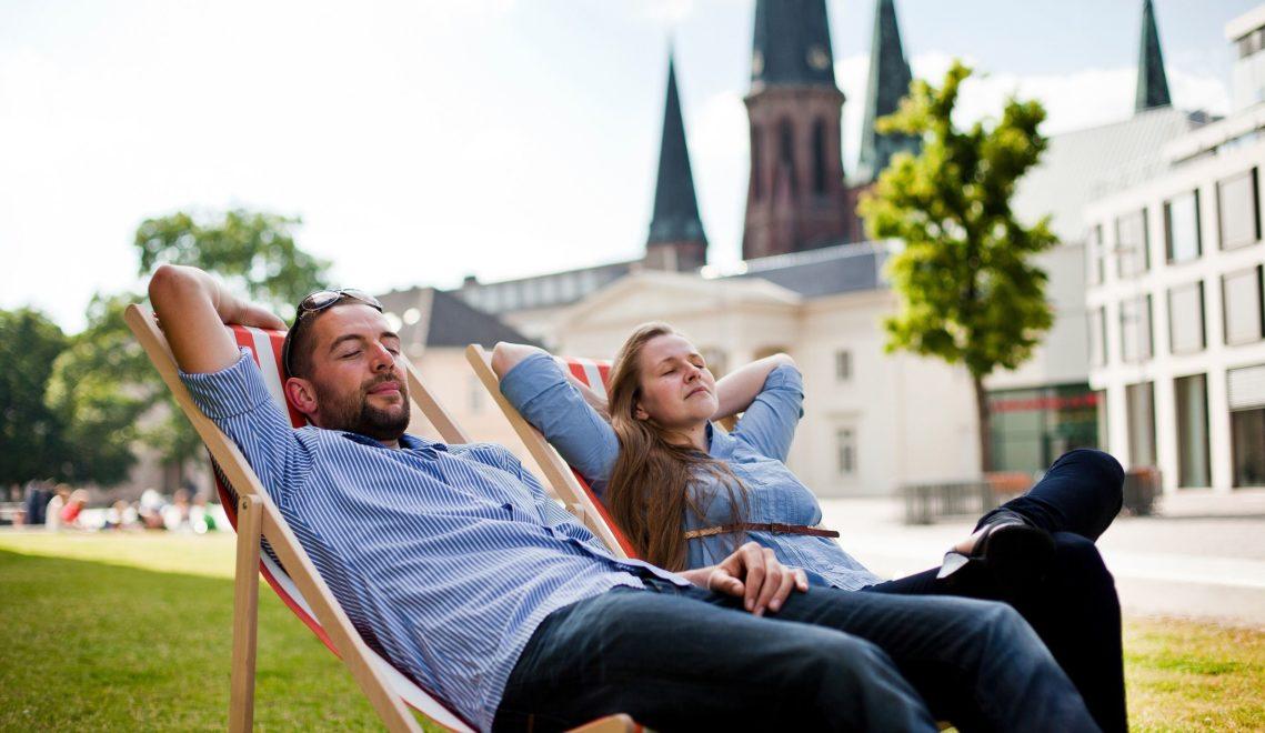 Am Abend lässt es sich auf dem Schlossplatz prima entspannen © Oldenburg Tourismus und Marketing GmbH / Verena Brand