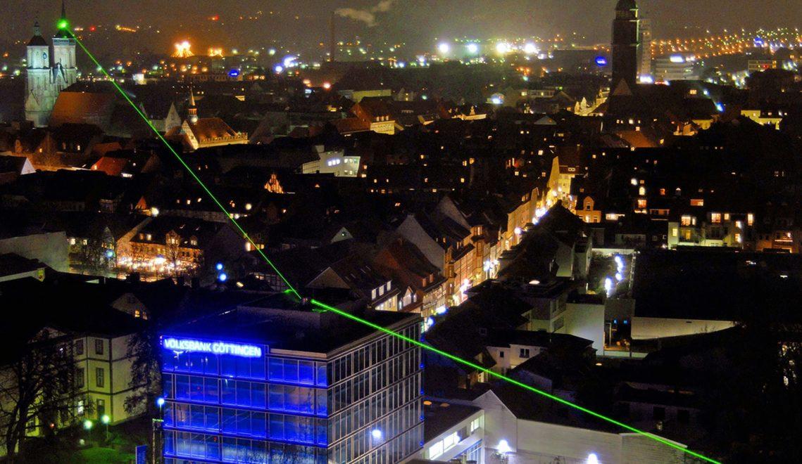 Der Gauß-Weber-Laser sendet regelmäßig kleine Nachrichten über die Stadt © Christoph Mischke