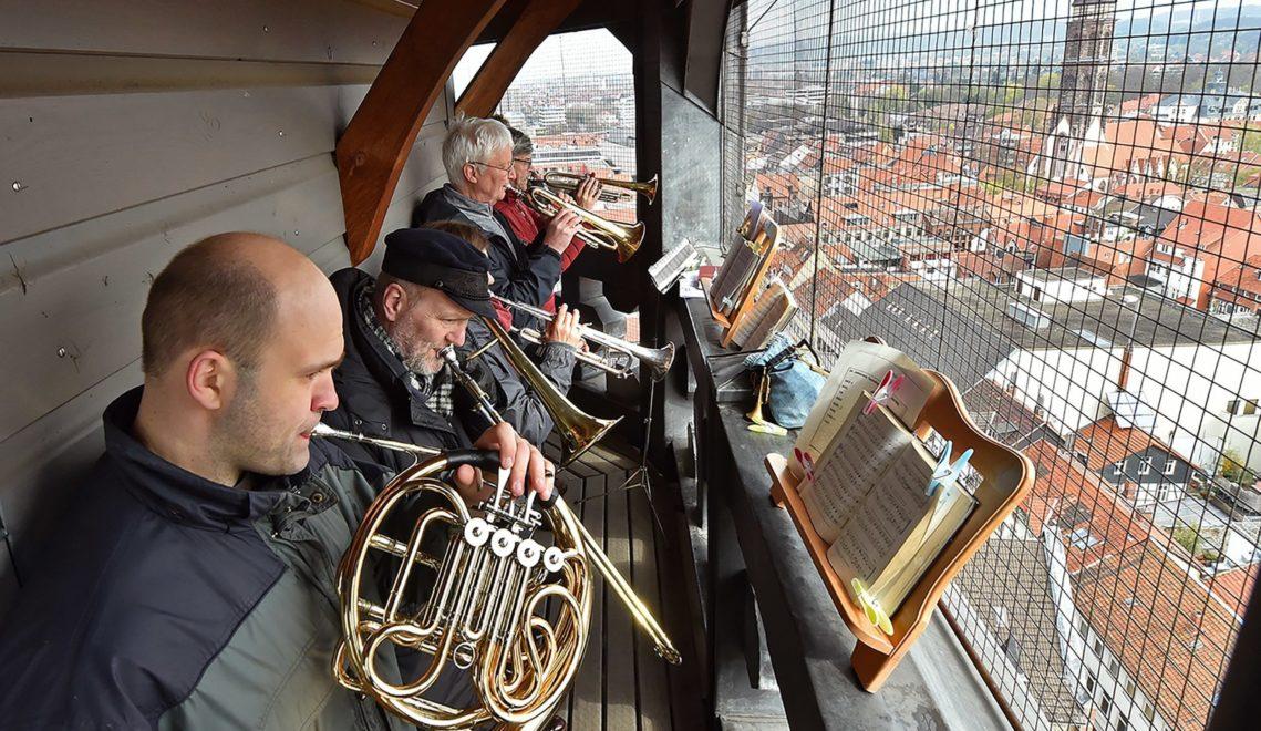 Exzellente Blasmusik kommt jeden Samstag vom Nordturm der Kirche St. Johannis © Christoph MIschke