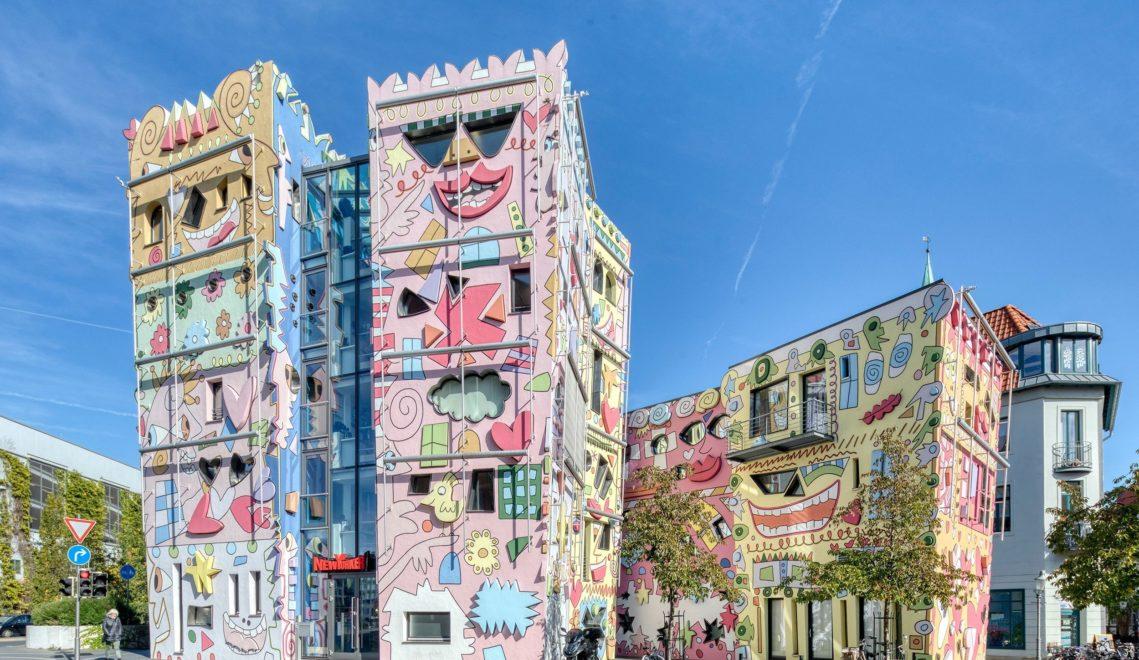 Der New Yorker Künstler James Rizzi hat die farbenfrohe Fassade des nach ihm benannten Hauses am Ackerhof gestaltet © cc-by-nd: Braunschweig