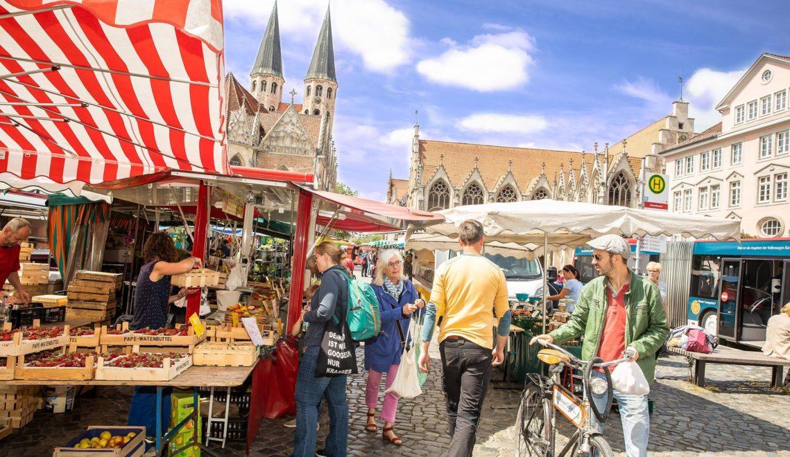 Im Sommer Wochenmarkt, im Winter Weihnachtsmarkt: Auf dem Altstadtmarkt ist immer etwas los © Philipp Ziebart
