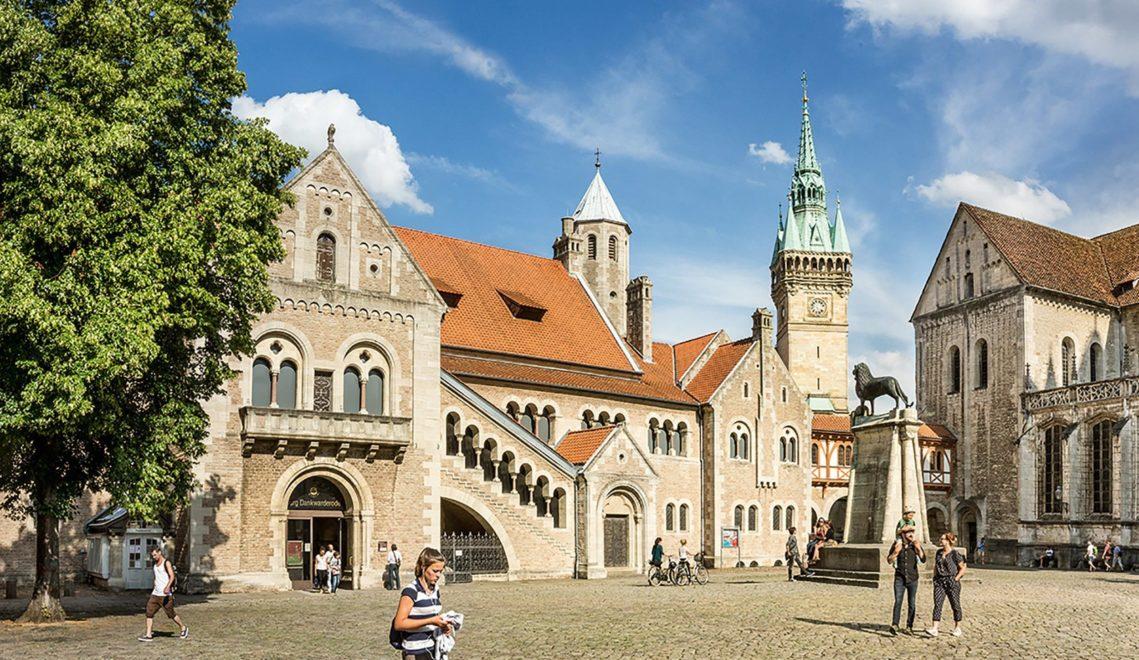 Seit 1166 steht Braunschweigs Wahrzeichen vor dem Dom am Burgplatz: der Löwe © Braunschweig Stadtmarketing