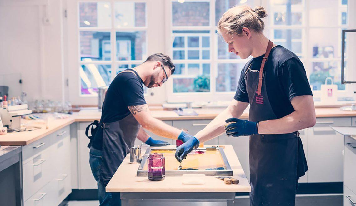 """Im """"Schnoor"""" gibt es außer zahlreichen Cafés auch jede Menge Handwerk zu Bestaunen © WFB/Daniela Buchholz"""