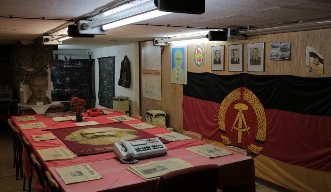 DDR-Folklore im Führerbunker: Erich Honecker an der Wand, Neues Deutschland auf dem Tisch © Adrian Seeber