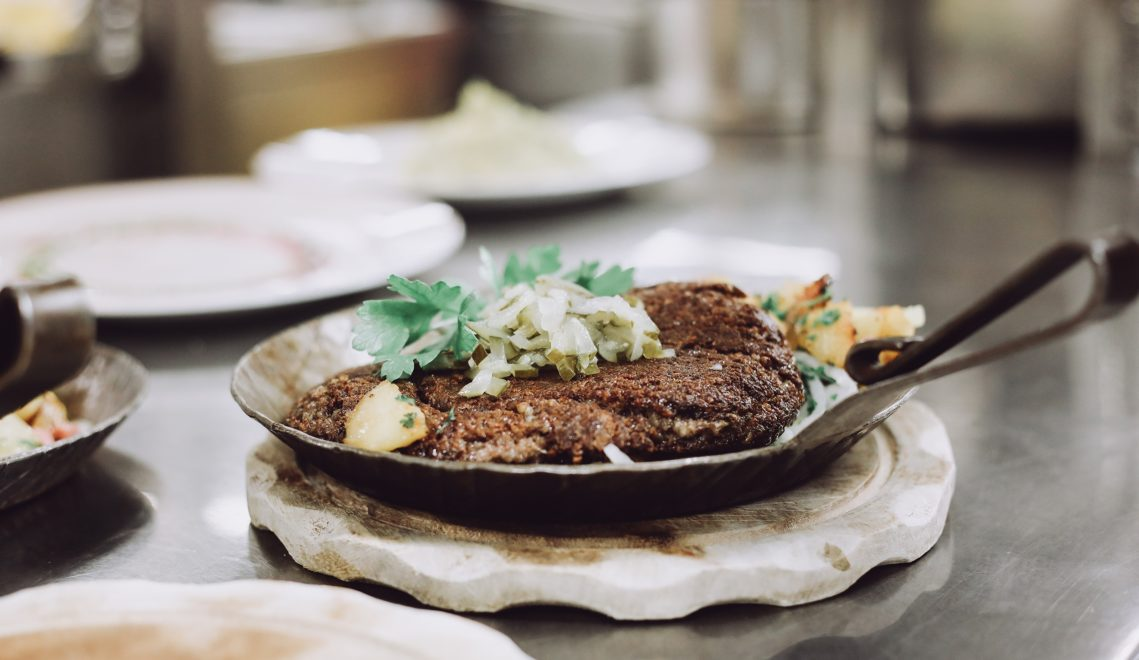 Grützwurst oder Knipp zählt zu den deftigen Klassikern norddeutscher Küche © Katha Thiele / plan B