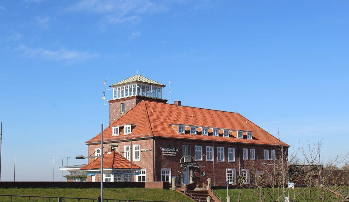"""Lokal am Deich mit Ausblick auf die Weser: die """"Strandhalle © maja_herwig"""