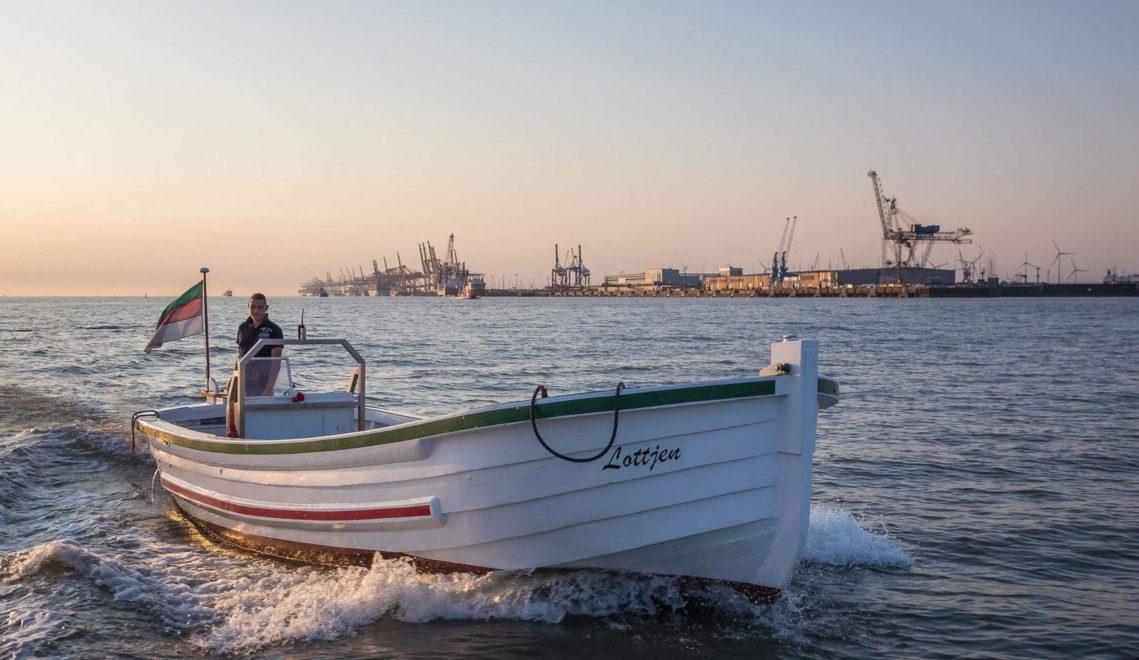 """Mit dem Wassertaxi """"Lottjen"""" könnt ihr in Bremerhaven durch die Schleusen schippern © Thorsten Ernst / Lottjen e.V."""